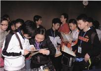 """Τα τελευταία χρόνια το Εθνικό Ωδείο Χαλανδρίου έχει αναπτύξει συνεργασία με τη μακρινή Κίνα φέρνοντας σε επαφή δύο μεγάλους πολιτισμούς δημιουργώντας νέες γέφυρες φιλίας και επικοινωνίας. Στο πλαίσιο αυτό ανάπτυξης συνεργασίας το Εθνικό Ωδείο Χαλανδρίου οργάνωσε τον Ιανουάριο του 2009, στο Θέατρο του Κολλεγίου Αθηνών μια παράσταση αφιερωμένη στην Κίνα και την Ελλάδα και την οποία παρακολούθησε αντιπροσωπεία τριών καλλιτεχνικών ιδρυμάτων της Κίνας και μέλη του Γραφείου Εκπαίδευσης της Πόλης του Πεκίνου.  Η Κινεζική Κυβέρνηση προσκάλεσε τους μαθητές του Εθνικού Ωδείου Χαλανδρίου να συμμετάσχουν στο Διεθνές Φεστιβάλ Τέχνης και Πολιτισμού που διοργανώθηκε  στην Πόλη του Tianjin από 25 έως 31 Ιουλίου 2009 με θέμα «ΕΙΡΗΝΗ-ΦΙΛΙΑ-ΜΕΛΛΟΝ». «Η πρόσκληση της Κινεζικής Κυβέρνησης τίμησε ιδιαίτερα τους νεαρούς καλλιτέχνες του Εθνικού Ωδείου Χαλανδρίου, οι οποίοι με την παρουσία τους στο Διεθνές Φεστιβάλ του Tianjin πρόβαλλαν την Ελληνική Ιστορία και ανέδειξαν τη Σύγχρονη Καλλιτεχνική Παιδεία της Ελλάδας μεταλαμπαδεύοντας το Φως του Ελληνικού Πολιτισμού.  Στο Φεστιβάλ του Tianjin, συμμετείχαν 40 Χώρες από όλο τον Κόσμο, με 2.000 νέους καλλιτέχνες και ήταν η πρώτη φορά που η ελληνική σημαία κυμμάτισε στον χώρο αυτό. Νοιώθουμε λοιπόν εξαιρετικά υπερήφανοι που τα νεαρά ταλέντα του Ωδείου βρέθηκαν σε μια τόσο μεγάλη Διεθνή Διοργάνωση.  Δείτε το φωτογραφικό album1 και το φωτογραφικό album2 από την παρουσία του Εθνικού Ωδείου Χαλανδρίου και της Σχολής Χορού """"ΜΑΡΙΑ ΚΑΝΑΤΣΟΥΛΗ"""" στο 2009 Tianjin International Children's Culture & Art Festival  Διαβάστε το δελτίο τύπου για την παρουσία του Εθνικού Ωδείου Χαλανδρίου και της Σχολής Χορού """"ΜΑΡΙΑ ΚΑΝΑΤΣΟΥΛΗ"""" στο 2009 Tianjin International Children's Culture & Art Festival"""